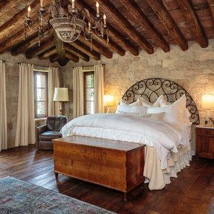 Inspiration för medelhavsstil gästrum, med beige väggar, mörkt trägolv och brunt golv