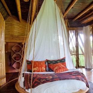 Modelo de habitación de invitados exótica, de tamaño medio, con suelo de bambú