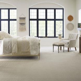 Idéer för ett stort shabby chic-inspirerat huvudsovrum, med vita väggar, heltäckningsmatta, en standard öppen spis, en spiselkrans i betong och vitt golv