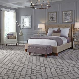 Стильный дизайн: большая хозяйская спальня в стиле современная классика с фиолетовыми стенами, ковровым покрытием и фиолетовым полом - последний тренд
