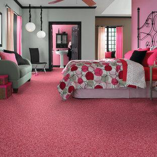 Modelo de dormitorio principal, bohemio, de tamaño medio, sin chimenea, con paredes rosas, moqueta y suelo rosa