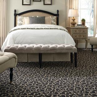 オレンジカウンティの中くらいのトラディショナルスタイルのおしゃれな主寝室 (ベージュの壁、カーペット敷き、暖炉なし、マルチカラーの床) のレイアウト