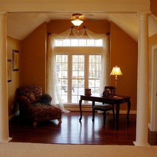 Ejemplo de dormitorio principal, retro, extra grande, con paredes marrones, suelo de madera en tonos medios, chimenea de esquina y marco de chimenea de baldosas y/o azulejos
