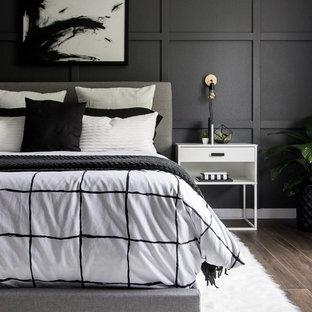 マイアミのトランジショナルスタイルのおしゃれな寝室 (黒い壁、茶色い床)