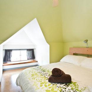 Diseño de habitación de invitados contemporánea, de tamaño medio, con paredes verdes y suelo de corcho