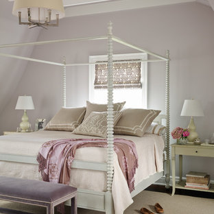 Idee per una camera da letto vittoriana con pareti grigie e parquet scuro