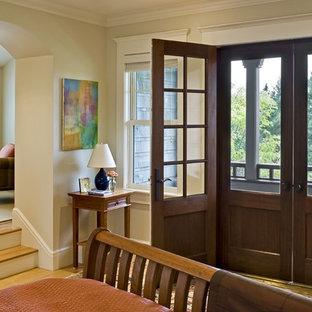 バーリントンのヴィクトリアン調のおしゃれな寝室 (ベージュの壁) のレイアウト
