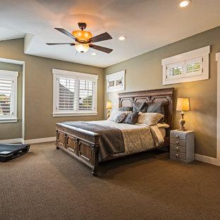 Immagine di una camera matrimoniale stile americano di medie dimensioni con pareti beige, moquette, camino lineare Ribbon e pavimento nero
