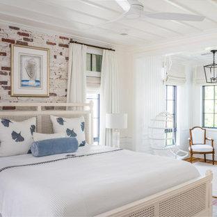 Ispirazione per una camera da letto stile marino con pareti multicolore, pavimento in legno massello medio, pavimento marrone e pareti in mattoni