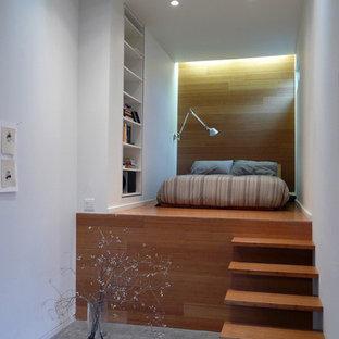 Ejemplo de dormitorio urbano con paredes blancas