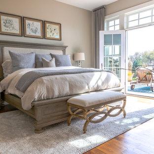 Imagen de dormitorio principal, tradicional, de tamaño medio, con paredes grises y suelo de madera oscura