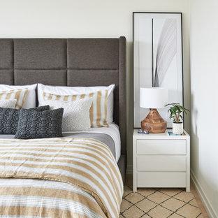 На фото: с высоким бюджетом хозяйские спальни среднего размера в стиле модернизм с белыми стенами, светлым паркетным полом и белым полом