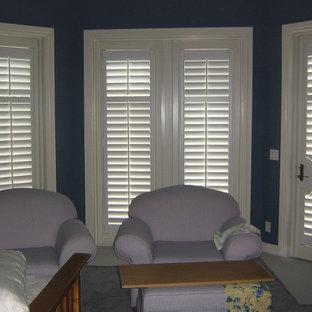 Imagen de dormitorio clásico, de tamaño medio, con paredes negras y moqueta