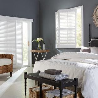 Modelo de habitación de invitados tradicional renovada, grande, con paredes grises y suelo de travertino
