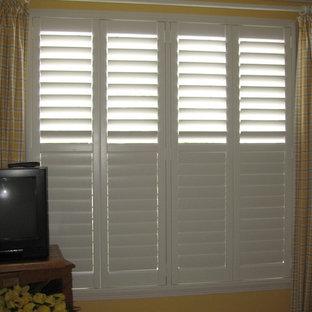 Diseño de habitación de invitados clásica renovada, de tamaño medio, con paredes amarillas