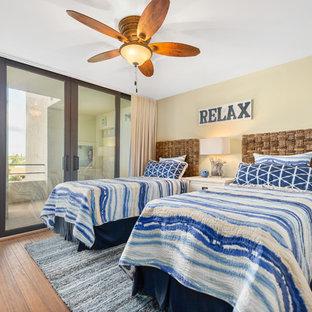 Свежая идея для дизайна: гостевая спальня среднего размера в морском стиле с желтыми стенами, полом из бамбука и коричневым полом без камина - отличное фото интерьера