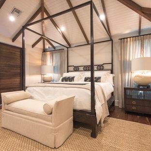 Foto di una grande camera matrimoniale tropicale con pareti beige, parquet chiaro e nessun camino