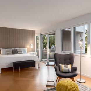 Imagen de dormitorio principal, exótico, de tamaño medio, sin chimenea, con paredes blancas, suelo de corcho y suelo beige