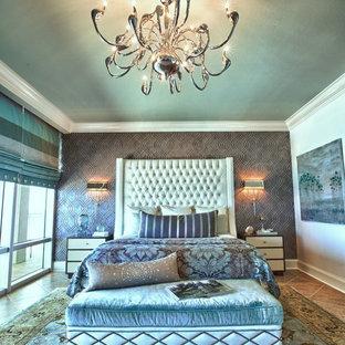 Ejemplo de dormitorio principal, marinero, grande, con paredes grises y suelo de baldosas de cerámica