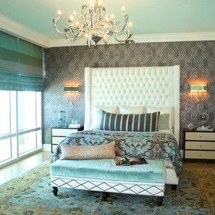 Réalisation d'une grand chambre parentale marine avec un mur gris et un sol en carrelage de céramique.