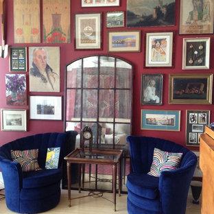 Inspiration för ett mellanstort eklektiskt sovrum, med röda väggar