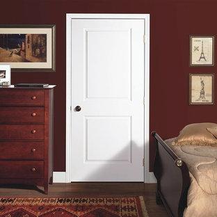 Idée de décoration pour une chambre parentale tradition de taille moyenne avec un mur rouge, un sol en bois brun et un sol marron.