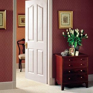 Imagen de dormitorio principal, tradicional, de tamaño medio, sin chimenea, con paredes rojas, moqueta y suelo beige