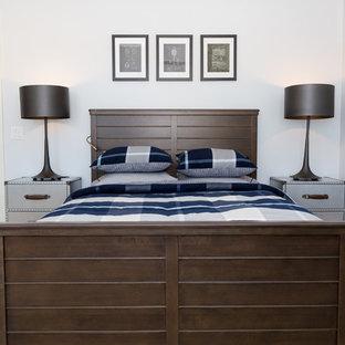 Ejemplo de habitación de invitados urbana, pequeña, con paredes blancas, moqueta y suelo blanco