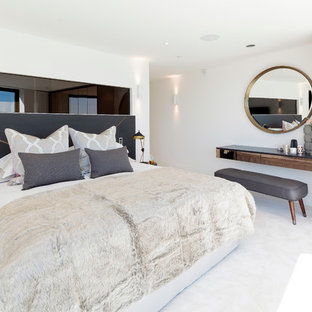 ドーセットのコンテンポラリースタイルのおしゃれな寝室 (白い壁、カーペット敷き) のレイアウト