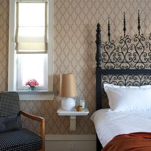 Imagen de habitación de invitados ecléctica, de tamaño medio, con paredes marrones y moqueta
