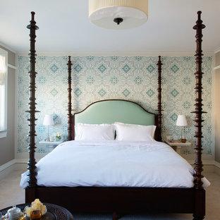 ロサンゼルスの大きいコンテンポラリースタイルのおしゃれなゲスト用寝室 (グレーの壁、カーペット敷き、暖炉なし、茶色い床) のレイアウト