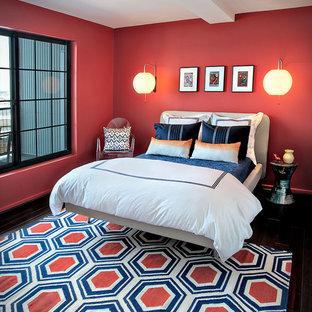 Modelo de habitación de invitados bohemia, pequeña, sin chimenea, con paredes rojas, suelo de madera oscura y suelo negro