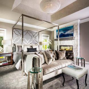 Неиссякаемый источник вдохновения для домашнего уюта: большая хозяйская спальня в стиле модернизм с серыми стенами, ковровым покрытием, двусторонним камином, фасадом камина из камня и серым полом