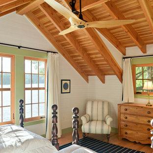 Cette image montre une petit chambre parentale chalet avec un mur blanc et un sol en bois clair.