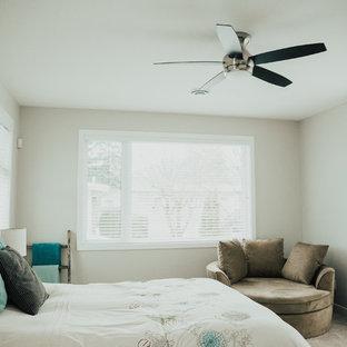 Modelo de dormitorio principal, campestre, grande, con paredes grises, moqueta y chimeneas suspendidas
