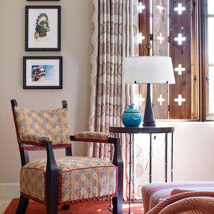 Idéer för ett amerikanskt sovrum, med beige väggar och heltäckningsmatta