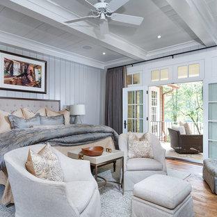 Idées déco pour une chambre parentale montagne avec un mur gris et un sol en bois brun.