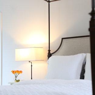 Diseño de dormitorio principal, tradicional, grande, con paredes grises, suelo de madera pintada y suelo turquesa