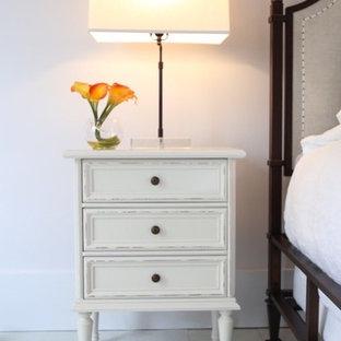 Imagen de dormitorio principal, clásico, grande, con paredes grises, suelo de madera pintada y suelo turquesa