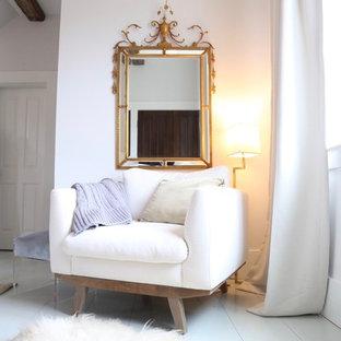 На фото: большие хозяйские спальни в классическом стиле с серыми стенами, деревянным полом и бирюзовым полом