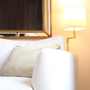 Diseño de dormitorio principal, clásico, grande, con paredes grises, suelo de madera pintada y suelo turquesa