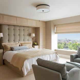 ボストンの大きいコンテンポラリースタイルのおしゃれな主寝室 (ベージュの壁、カーペット敷き)