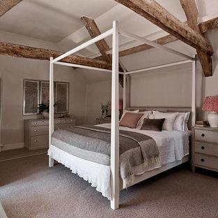 Exemple d'une chambre nature de taille moyenne avec un mur gris.