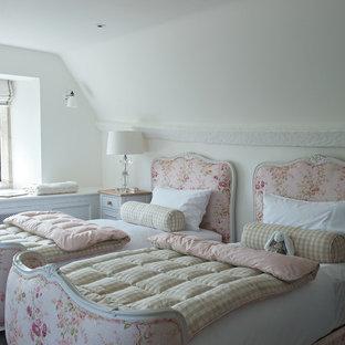 Imagen de habitación de invitados tradicional, de tamaño medio, con paredes blancas y moqueta