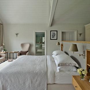 Ispirazione per una grande camera matrimoniale design con pareti bianche e moquette