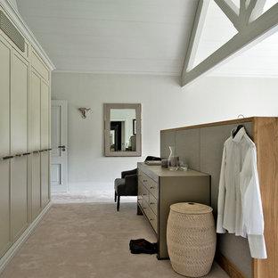 Foto på ett stort funkis sovrum, med vita väggar och heltäckningsmatta