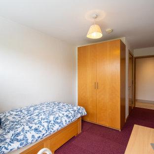 Foto de habitación de invitados moderna, pequeña, con paredes blancas, moqueta y suelo violeta