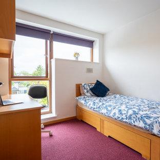 Imagen de habitación de invitados minimalista, pequeña, con paredes blancas, moqueta y suelo violeta