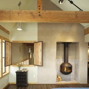 Idéer för att renovera ett rustikt sovrum, med vita väggar, mörkt trägolv och en öppen vedspis