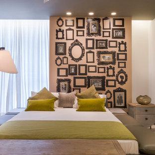 Modelo de dormitorio contemporáneo, grande, con paredes beige